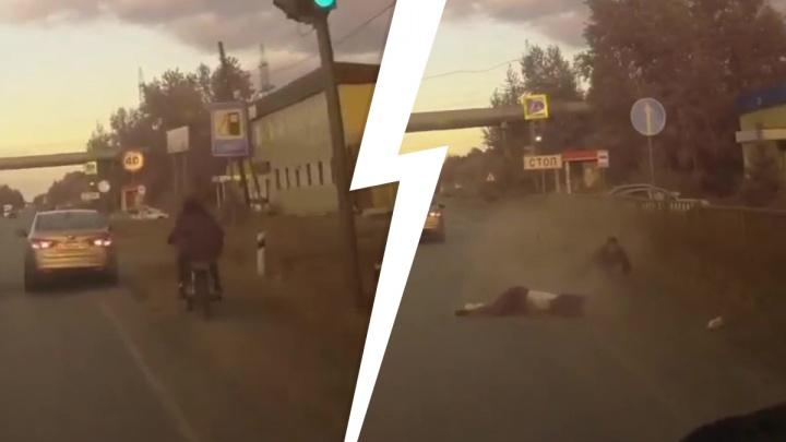 «Девушка лежала на обочине»: байкер-обочечник устроил ДТП в Среднеуральске. Видео