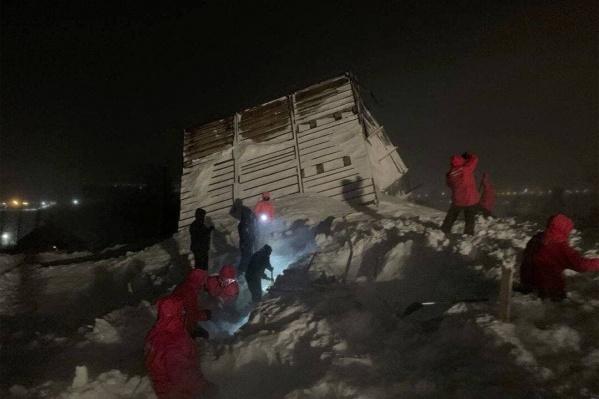 На месте работают спасатели, но им помогают неравнодушные люди