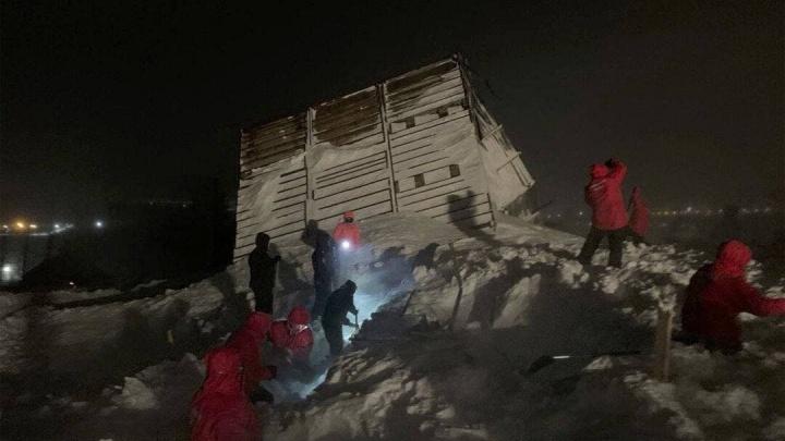 В Норильске снежной лавиной накрыло и сильно разрушило несколько домиков в горнолыжном комплексе