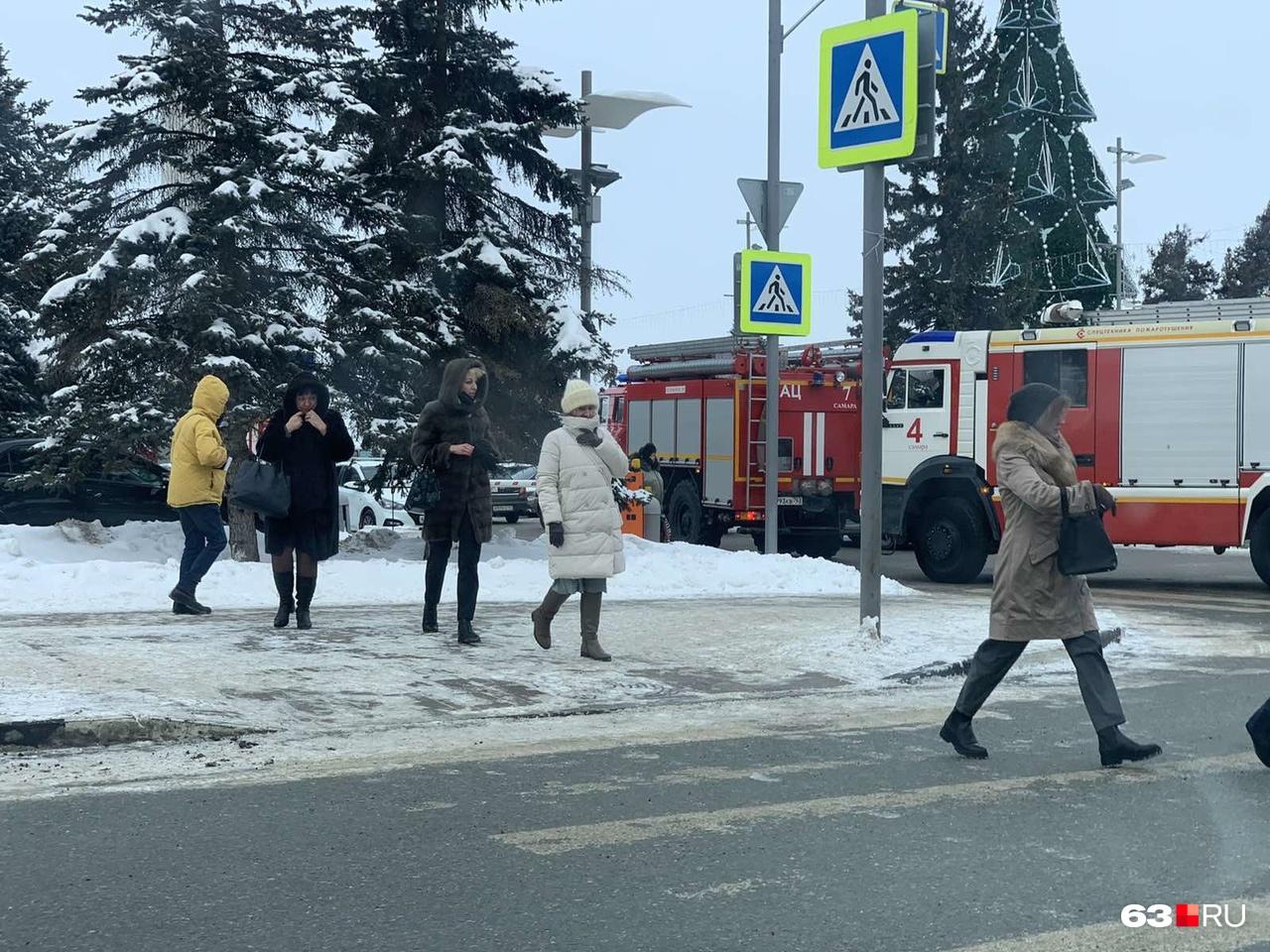 Машины экстренных служб заехали на парковку на площади Славы