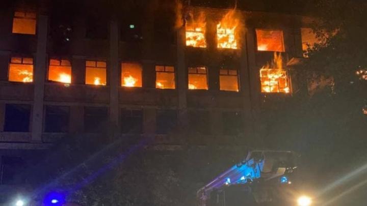 В Екатеринбурге полыхает здание заброшенной больницы в Зеленой Роще. Видео