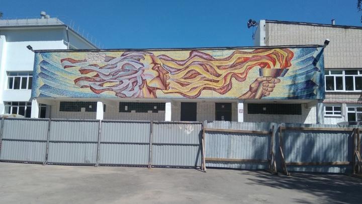 Мозаику с Прометеем сохранят на фасаде православной гимназии в Дзержинске