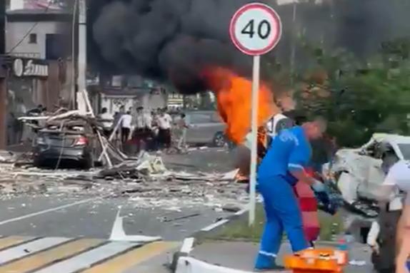 Из здания эвакуировали 50 человек, но под завалами еще могут находиться люди