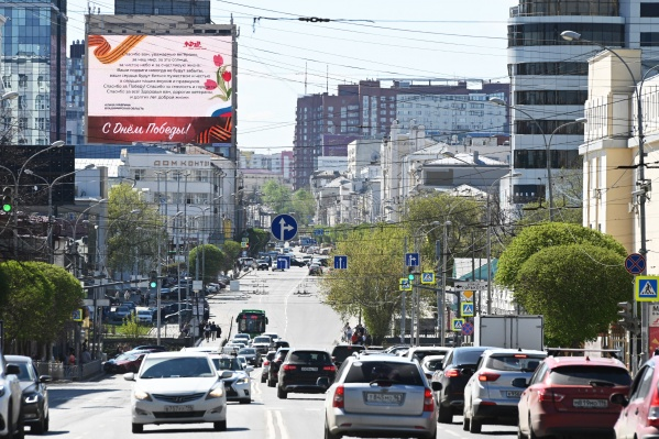 Поздравления ветеранам и трансляция «Бессмертного полка» были в том числе и в Екатеринбурге — на медиафасаде MAER на улице Малышева, 36