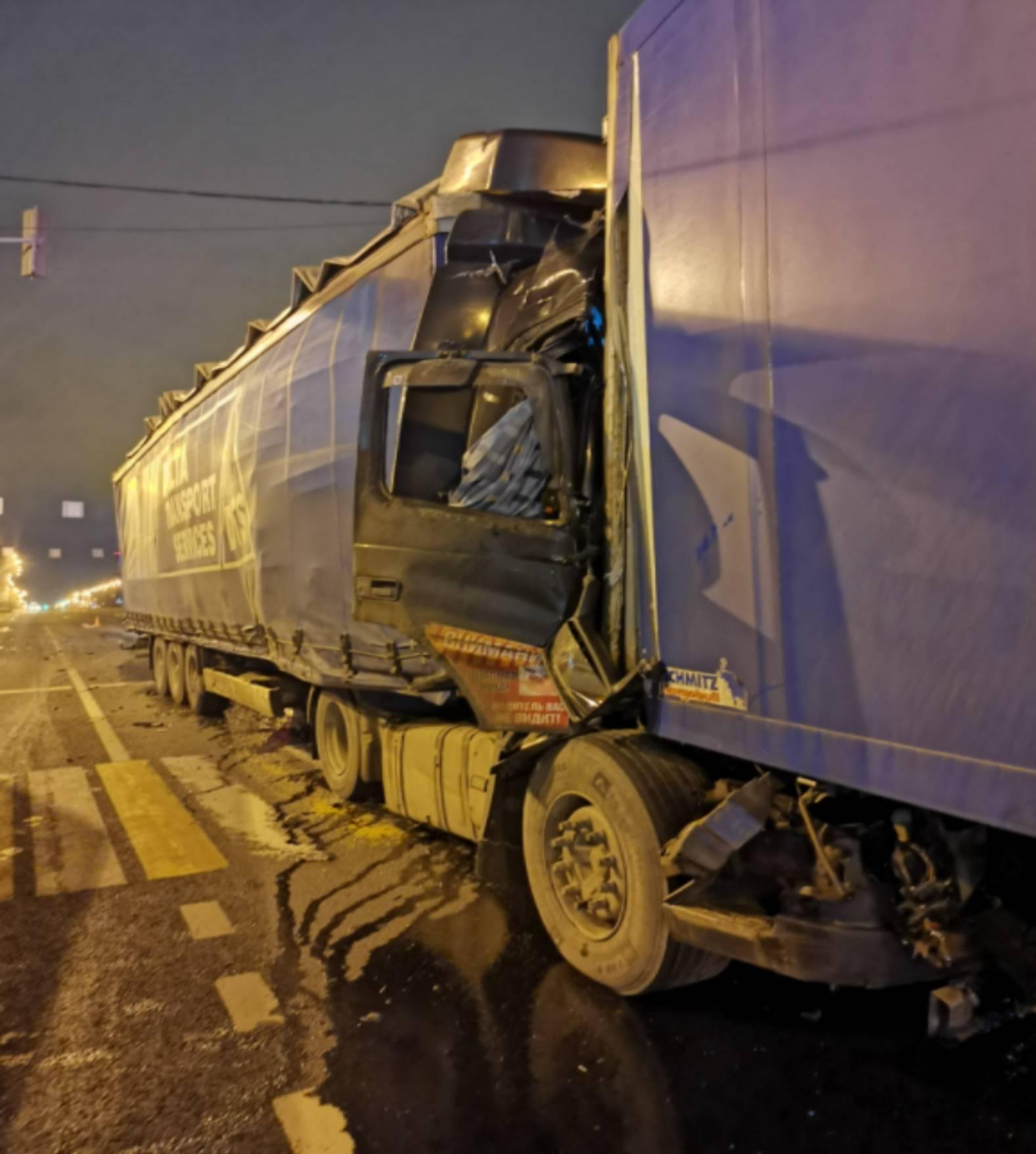Водитель грузовика погиб на месте