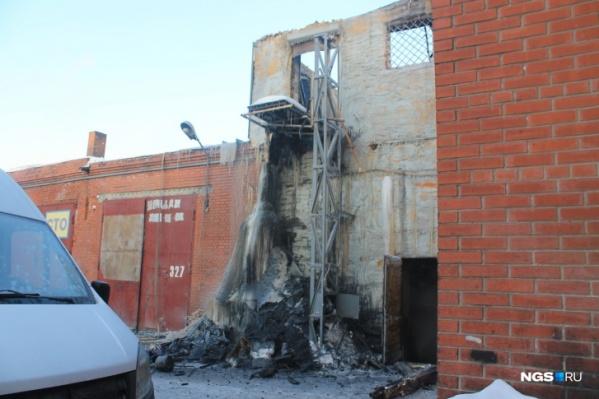 Возгорание произошло в деревянной надстройке, где, по словам очевидца, жили подсобные рабочие