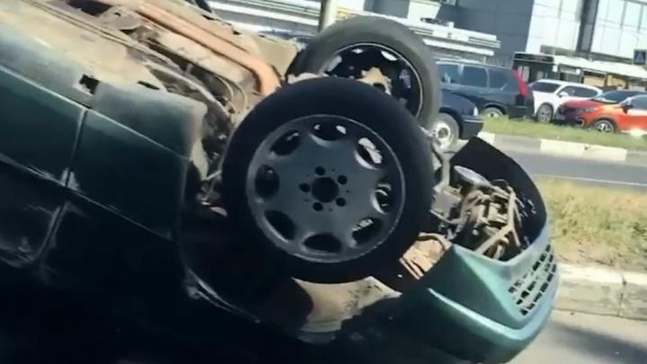 «Нелогичный маневр»: в Ярославле на ровном месте произошло ДТП. Легковушка перевернулась на крышу