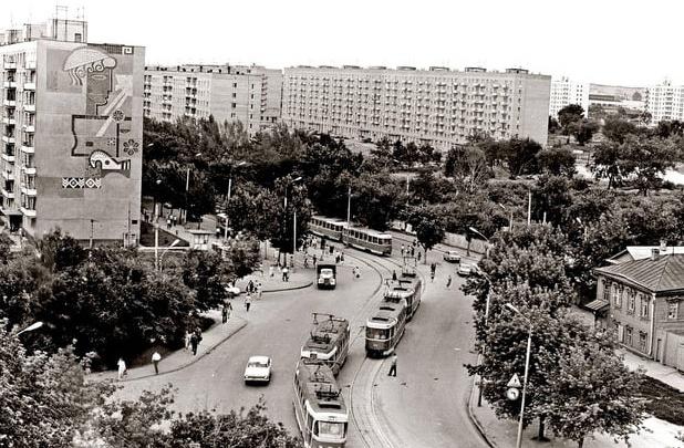 Трамваи и двухэтажки: как выглядел перекресток Ново-Садовой и Осипенко в 60-егоды