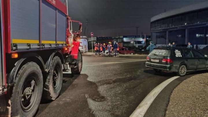 Рывших траншею на Северном шоссе рабочих засыпало землей. Один человек погиб
