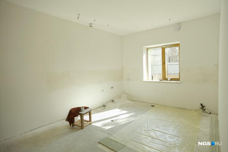 Небольшая гостевая комната на первом этаже