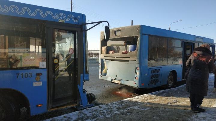 В Архангельске на остановке столкнулись автобусы: двух пассажирок увезли в больницу