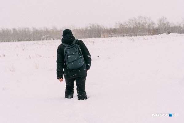 Поле завалено снегом по колено даже для взрослого человека