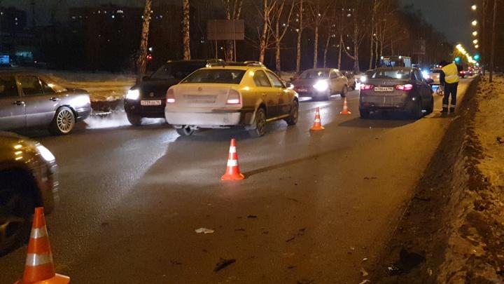 Столкнулись Skoda и KIA: в Екатеринбурге в аварии пострадали 4-летний мальчик и взрослая пассажирка
