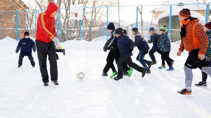 Екатеринбуржцы, играющие в футбол с ребятами из бедных семей, борются за приз — миллион рублей