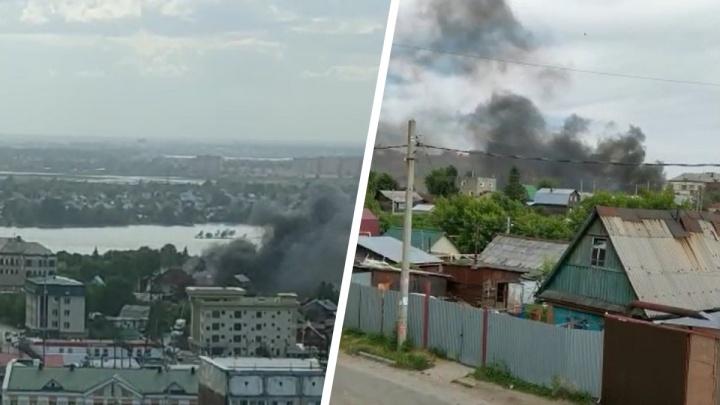 Над Железнодорожным районом Новосибирска поднялся высокий столб дыма