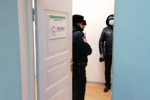 В офисе «Яблока» задержали двух человек, к одному полицейские пришли домой. Днем в отделение доставили еще двух оппозиционеров