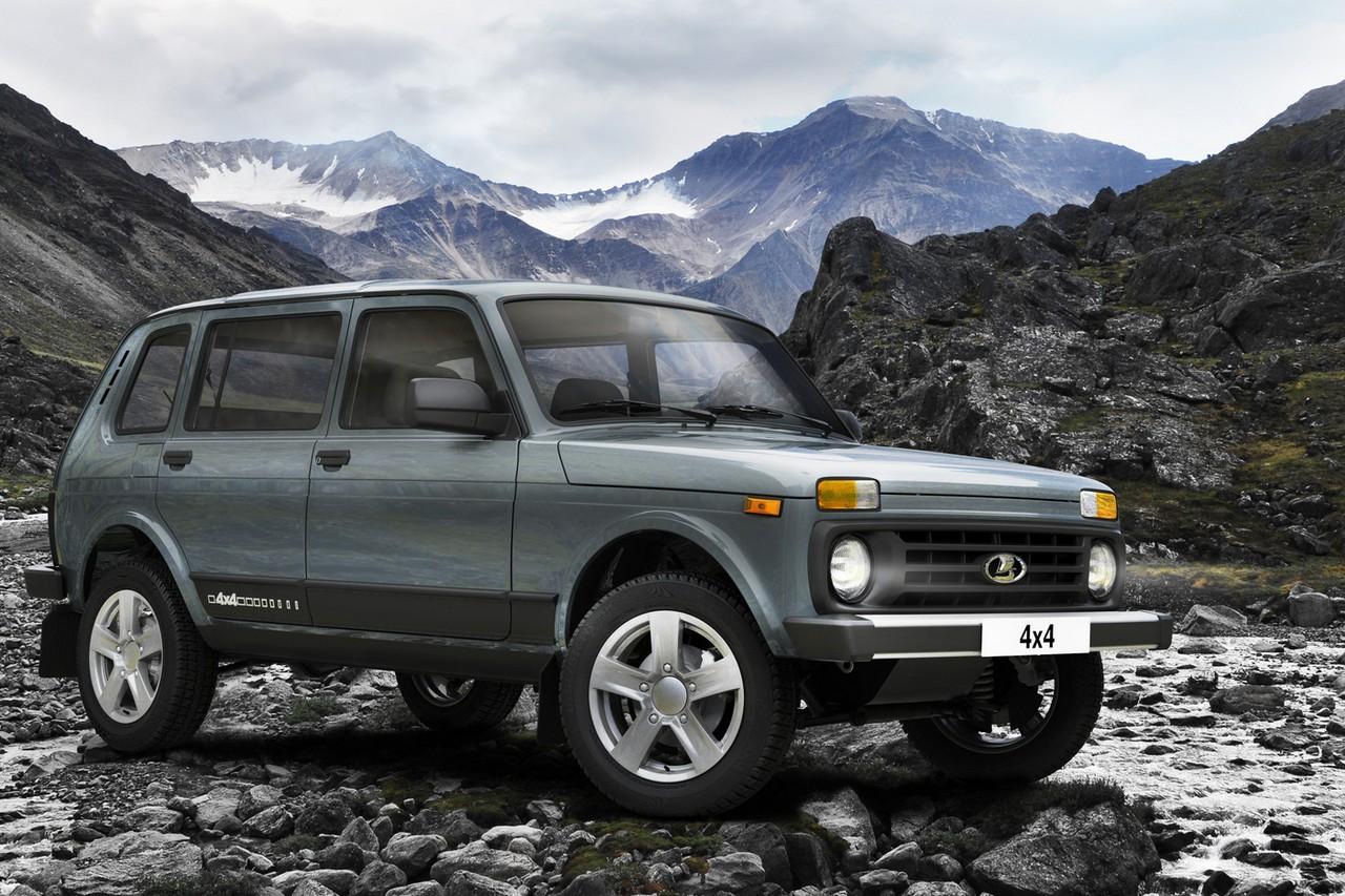 Пятидверная Lada Niva Legend при прочих равных примерно на 70 тысяч рублей дешевле