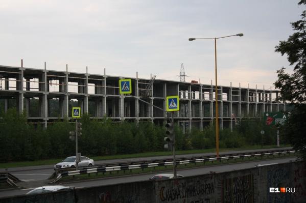 Строить это здание начали еще в начале 2000-х, но к сегодняшнему дню готов лишь каркас