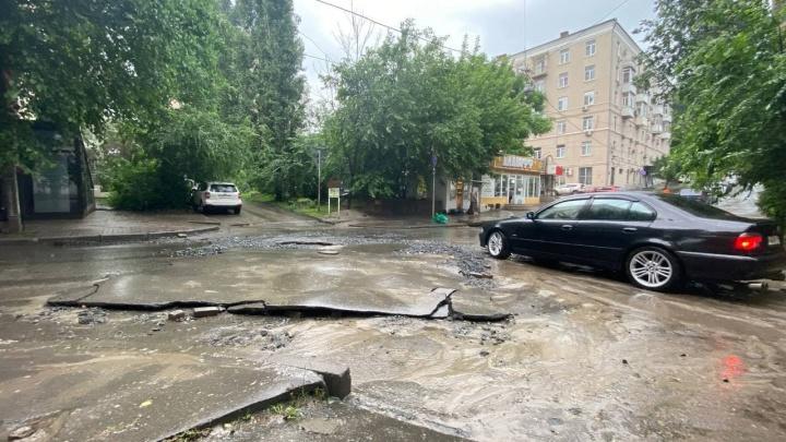 Дождевые потоки смыли асфальт с улицы в центре Ростова