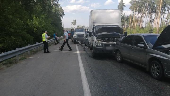 На ЕКАД водитель самосвала устроил массовое ДТП с четырьмя автомобилями. На трассе пробка