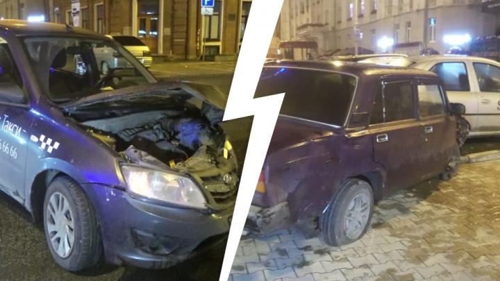В центре Екатеринбурга ВАЗ проехал на красный и врезался в машину «Яндекс.Такси». Фото