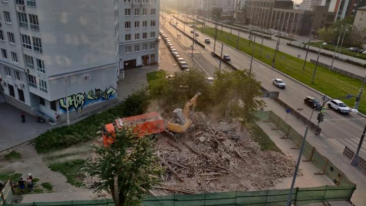 Жители Екатеринбурга попросили мэра Орлова объясниться из-за сноса исторического дома на ВИЗе