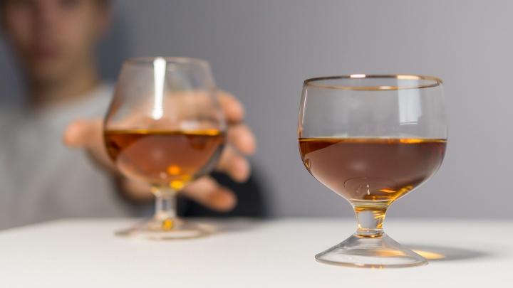Число жертв суррогатного виски выросло до трех. К делу подключили следователей