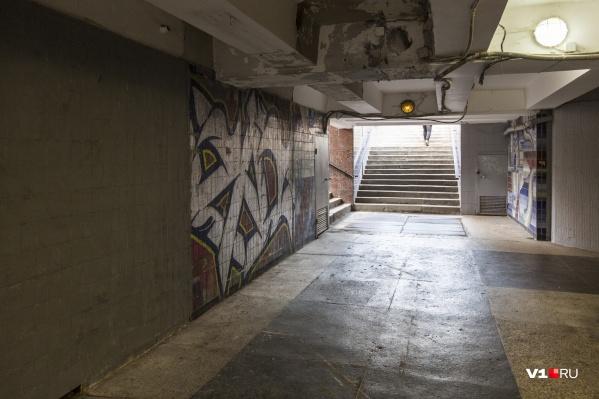 Мозаику сначала исписали граффити, а потом закрыли серой краской