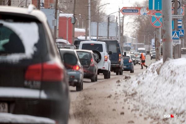 Автомобилей в городе много, многие часы проводят в пробках