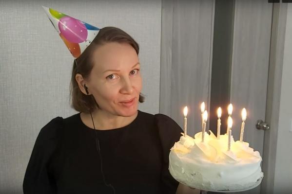Как и в оригинальном ролике СК, девушка держит торт со свечками