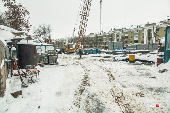 Это строительная площадка метро на Ново-Садовой. Похожая появится и на Самарской
