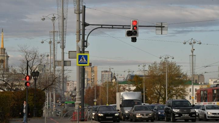 На перекрестке Ленина и Пушкина, где недавно перевернулась машина, поставили светофор со стрелкой