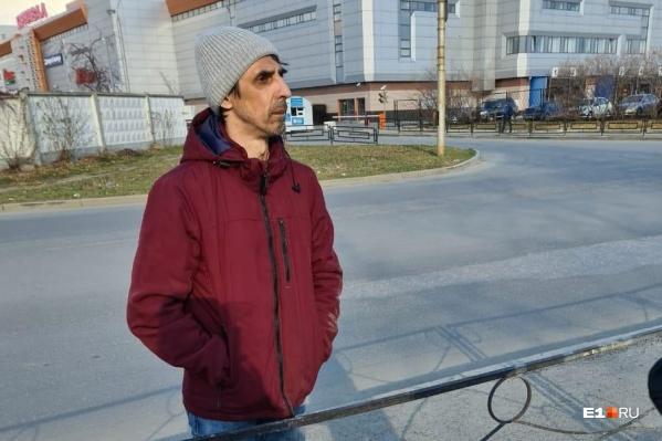 Андрей шел посередине улицы Толедова