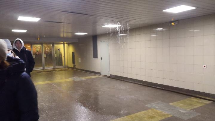 В Омске затопило переход в единственную станцию метро