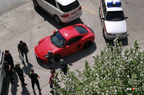 Конфликт произошел из-за того, что Михаил Юркин на красном спорткаре ехал по тротуару