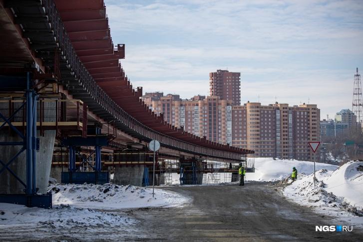 Так сейчас выглядит площадка будущего моста. Уже завершена заливка первых опор, впереди — надвижка пролетных строений