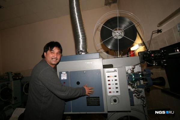 Галым Саинов у кинопроектора в кинотеатре «Пионер»
