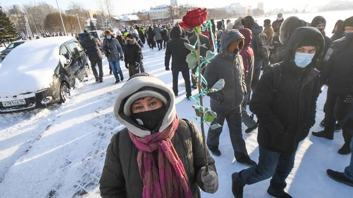 В Екатеринбурге главу уральского «Мемориала» доставили в полицию с акции «Последний адрес»