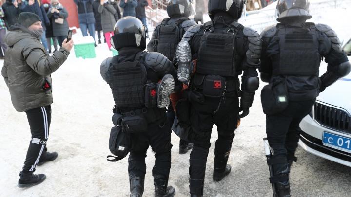 В Новосибирске продолжаются задержания на шествии — одного из участников унесли с акции