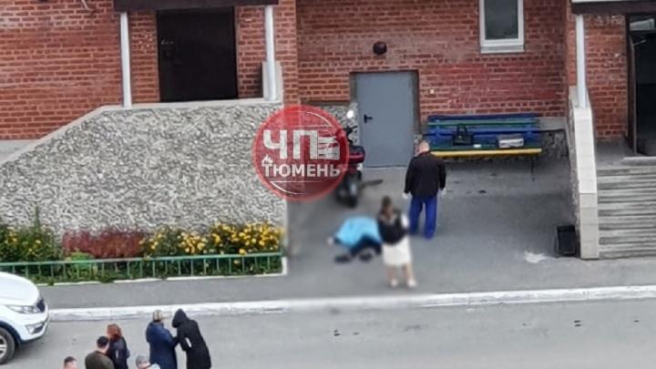 Под окнами тюменской многоэтажки нашли тело школьницы в изорванной одежде