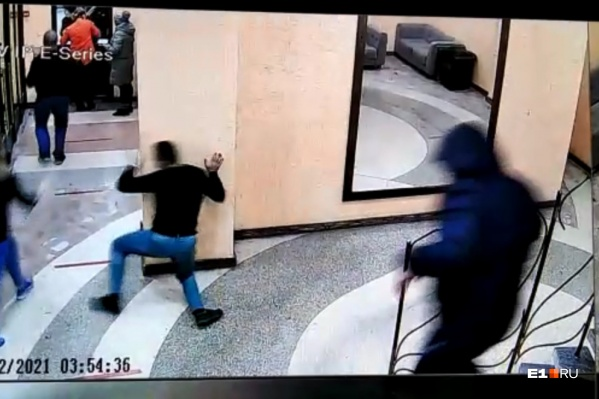 Полицейский пытался ударить охранника бара, но попал в случайного посетителя