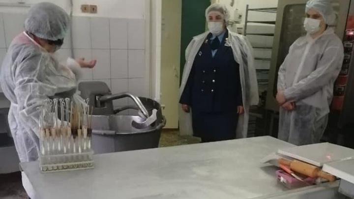 Школу № 56 в Красноярске перевели на дистанционку из-за вспышки кишечной инфекции. Болеют 37 детей