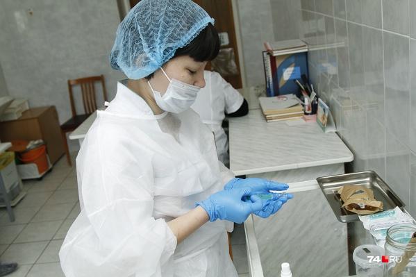 """Работающие югорчане могут получить один выходной оплачиваемый день после вакцинации от <nobr class=""""_"""">COVID-19</nobr>"""