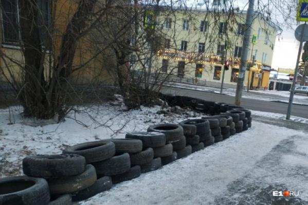 Забор из отработанных шин поставили для защиты газона от автохамов