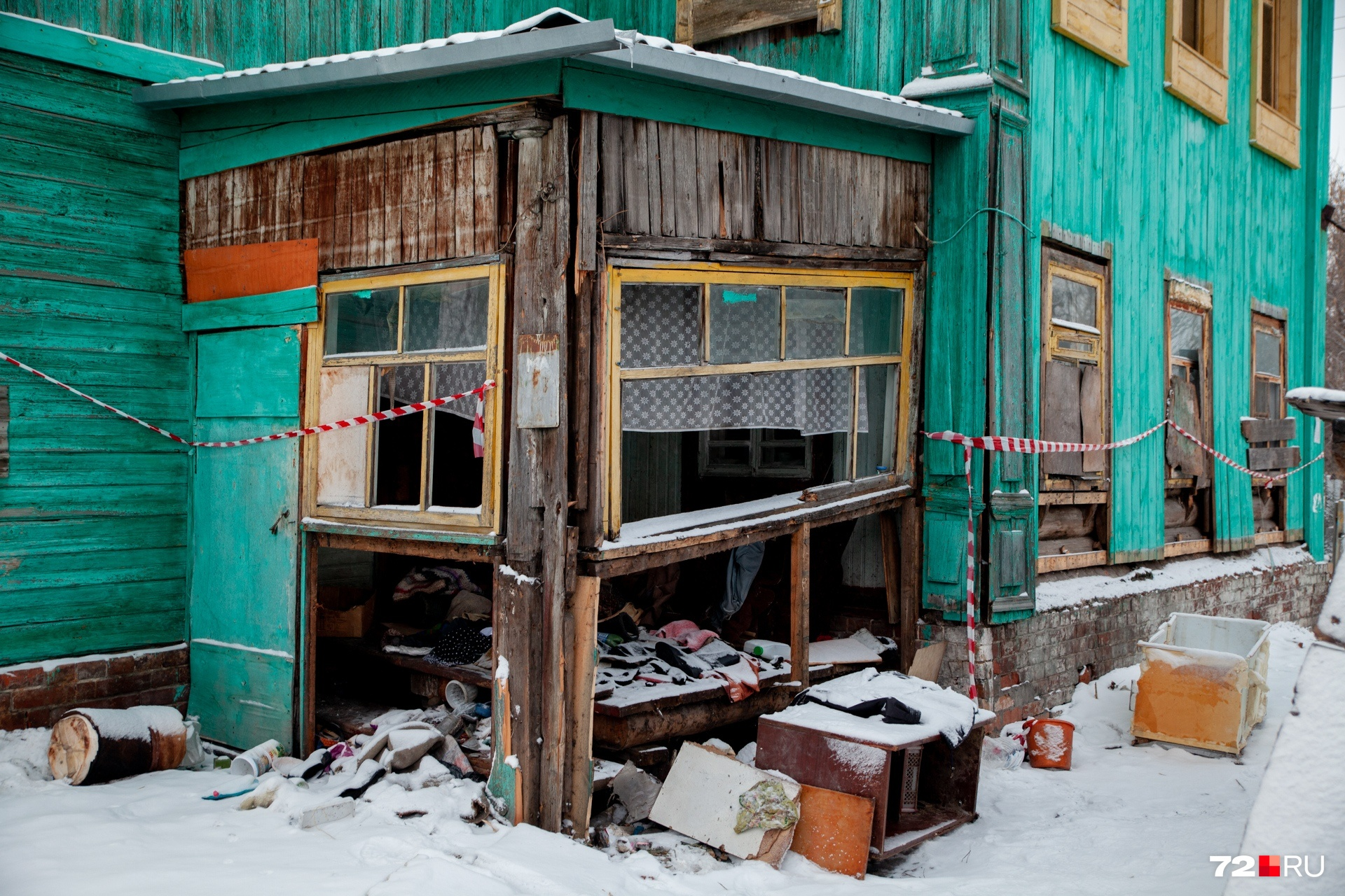 Под бирюзовым фасадом скрываются старые деревянные дощечки