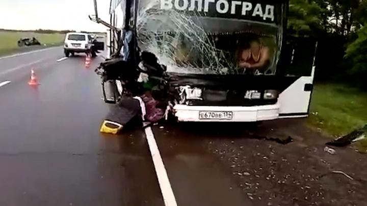 В Волгоградской области попал в аварию автобус, возвращавшийся с Чёрного моря