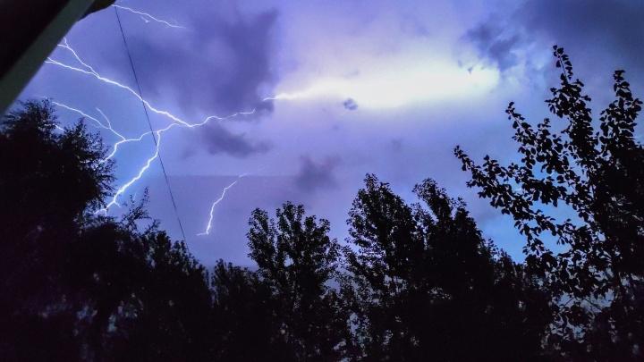 Молнии исполосовали небо: смотрим, как этой ночью в Ярославле бушевала гроза