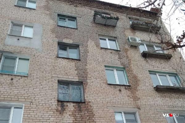 Стена дома промокла от крыши до второго этажа