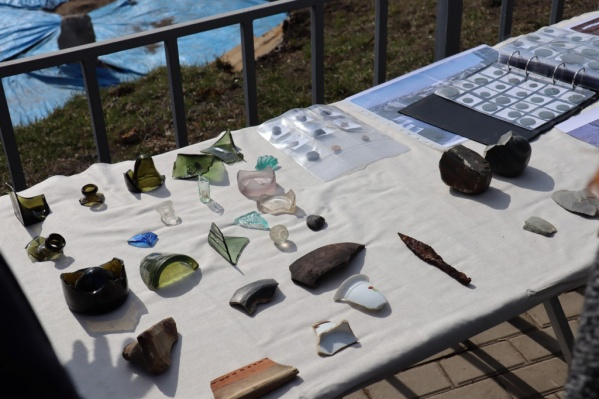 Археологи нашли в «Красноярском остроге» множество элементов посуды и старинные монеты