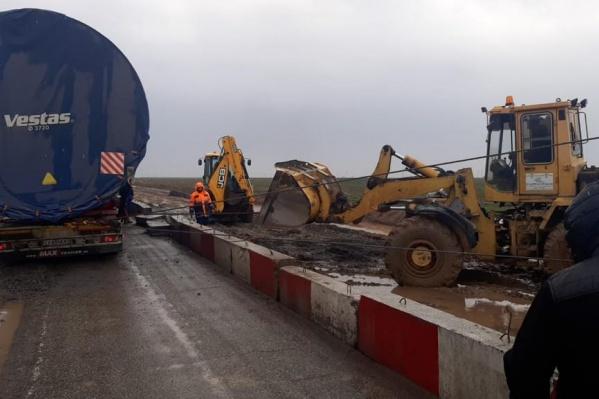 Негабаритный грузовик полностью остановил движение по федеральной трассе